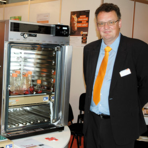 Dr. Daniel Brücher, Produktmanager Schüttler mit dem neuen Celltron-Tischschüttler für Kohlendioxid-Brutschränke.