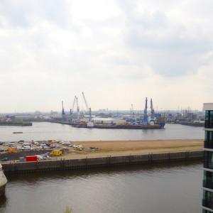 Büro mit maritimer Aussicht: Blick aus dem Fenster der neuen Goodman-Niederlassung im Hamburger Hafen.
