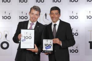 Top-100-Mentor Ranga Yogeshwar (rechts) überreicht die Auszeichnung für innovative Mittelständler an Christoph Ludin, Mitglied der Geschäftsleitung bei Simon Hegele.