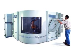 Bild 1: Roboterzelle für die Kunststoffbearbeitung. Die Programmierung ist so einfach wie bei einer CNC-Maschine.