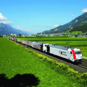 Streckenaufnahme: Ein Kombiverkehr-Zug auf der malerischen Strecke zwischen Schwaz und Innsbruck.