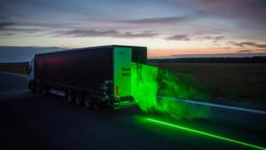 """Nächtliche Testfahrt mit dem """"Laser-Laster"""": Die DLR untersucht, wie man die Aerodynamik an Lkw verbessern kann."""