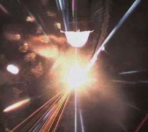 Bild 1: Beim Laserschneiden von Faserverbundkunststoffen werden Faser und Matrix lokal so stark erhitzt, dass sie punktuell schmelzen, verdampfen und von einem Prozessgas weggeblasen werden.
