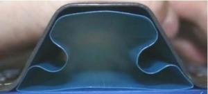 Der Schlauch im Innern des Omega-Stringers sorgt dafür, dass der Autoklavdruck beim Aushärten der CFK-Rumpfhaut auf den vom Profil überdeckte Hautbereich kommt.