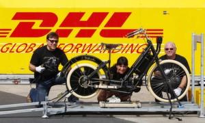 Das älteste Serienmotorrad der Welt wird für den USA-Transport versandfertig gemacht (v.l.): Mike Kron und Edith Stöcklein (beide Classic Bike Mike) sowie Michael Behrens (DHL).