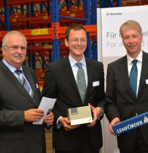 V.l.: Alois Ludwig (Vorsitzender der ZF-Services-Geschäftsleitung), Martin Günthner (Wirtschaftssenator Bremen) und Dr. Stefan Sommer (ZF-Vorstandsvorsitzender) bei der Eröffnung des erweiterten Logistikzentrums in Bremen.