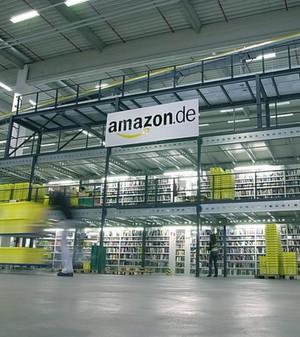 Die Lager sind da: Experten behaupten, dass Amazon prüfe, ob es einen eigenen Dienst für die Nahbelieferung aufbauen will.