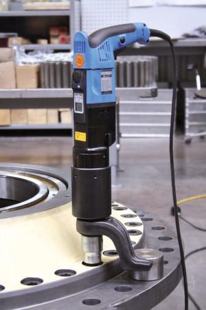 Bild 1 Zum Verschrauben eines Kettenbagger-Getriebes setzt Zollern Drehmomentschrauber ein, die nach erbrachter Leistung abschalten.