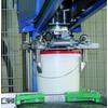 Palettierroboter mit Eimergreifer stellt sich automatisch auf das Gebinde ein