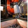 Roboter greift ungeordnete Metallzylinder sicher aus der Kiste