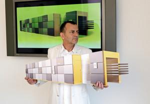 Jürgen R. Schmid mit dem von Design Tech entworfenen Ypsator von Bürkle, einem Mehretagenlaminator zur Solarzellenherstellung.