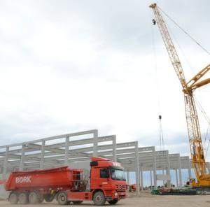 Bagger, Lkw und Kran sind schon da. Das Logistikzentrum von Bosch in Butzbach wächst.