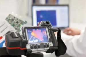 Mit einer Wärmebildkamera werden die Temperaturverhältnisse auf der Leiterplatte eines Industrieprodukts aufgedeckt.