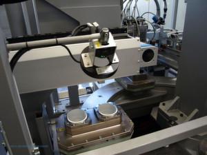 Blister Verpackungsmaschine mit Rundschalttisch und eingelegten Bechern: Vision-Sensoren prüfen das Vorhandensein der Becher und die richtige Befüllung.