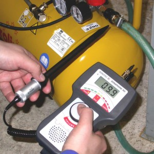 Mithilfe moderner Ultraschallprüftechnik lassen sich Druckluftleckagen rechtzeitig orten und so der Reparaturbedarf ermitteln.