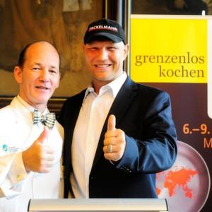 IKA-Pate und Boxlegende Axel Schulz (rechts) spielte neben dem WACS-Präsidenten Gissur Gudmundsson die Glücksfee und loste die Wettkampftage der Kochmannschaften im Erfurter Rathaus-Festsaal aus.