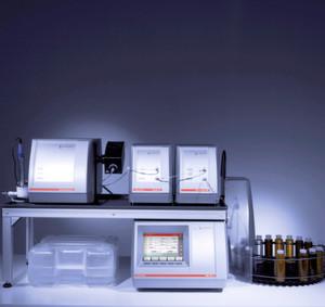 Abb.1: Kombiniertes Messsystem: Viskosimeter Lovis 2000 ME, Dichtemessgerät DMA M, Trübungsmessmodul HazeQC ME, Alkoholmessmodul Alcolyzer ME und Xsample Probenwechsler.