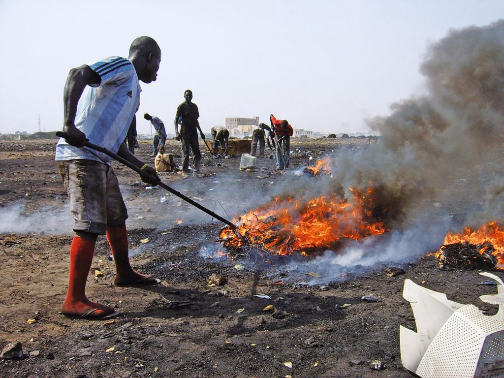 Brennende Kabel: In Afrika werden häufig Kabel verbrannt, um an die ...