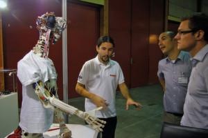Avènement d'un nouveau type d'humanoïde: une démonstration sur le stand de maxon motor d'un robot répliquant à la perfection le système des muscles et nerfs humains grâce à des mini-moteurs maxon.