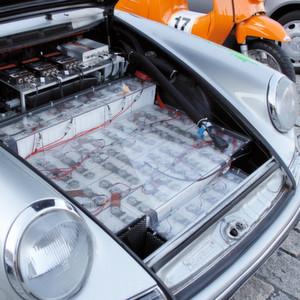 Elektrobatterien: Blick unter die Haube des Elektroporsche mit der Startnummer 34 bei der Bertha-Benz-Challenge 2012