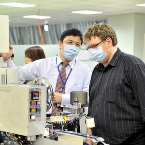 Gute Beziehungen nach Deutschland: Vincent Chang, Vice President bei Eris Technology (links), zeigt EP-Redakteur Franz Graser die Dioden- und Glei