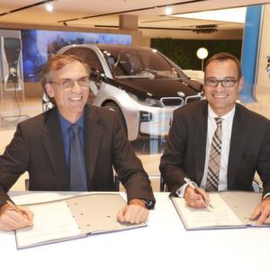 Ökostrompakt für Elektrofahrzeuge: Naturstrom-Vorstandssprecher Thomas Banning (links), und Cosmas Asam, Leiter Kooperationen bei BMW, bei der Vertragsunterzeichnung in München