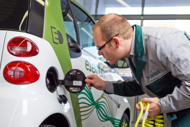 Immer mehr Elektroautos fahren auf unseren Straßen: die DEKRA hat nun getestet, wie sicher die Akkus im Brandfall sind