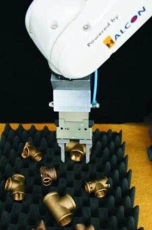 Der Industrieroboter erkennt Werkteile in chaotischer Lage, nimmt sie auf und legt sie an einer vorgegebenen Position wieder ab.