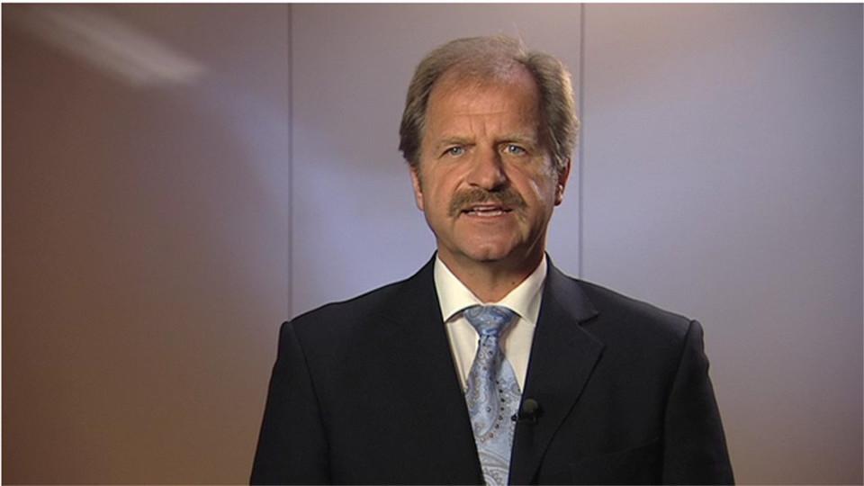 Uwe Behley ist der Geschäftsführer von BMC in Deutschland. Im Interview und im BMC-Video, aus dem dieses Bild stammt, äußert es sich über Mainframes.