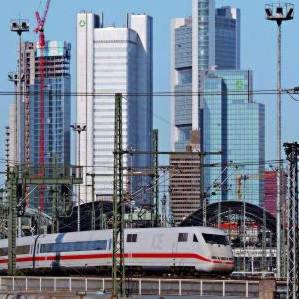 Blick vom Bahnhof auf Wolkenkratzer