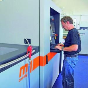 Die Lasercusing-Anlage vereinfacht die Fertigung geometrisch komplexer Werkzeugeinsätze mit konturnahen Kühlkanälen. Fertigungsflexibilität und Zeiteinsparung erleichtern Kundennähe und Termintreue.