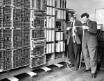 Zwei 'Lochstreifenleser' bei der Arbeit am Harwell Dekatron in Wolverhampton 1951