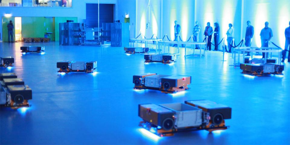 Blick in die Logistik-Zukunft: Maschinen, Anlagen, Werkstücke und Bauteile werden künftig Daten und Informationen in Echtzeit austauschen (im Bild: Zellulare Transportsysteme Multishuttle Move (ZTS) vom Fraunhofer IML.