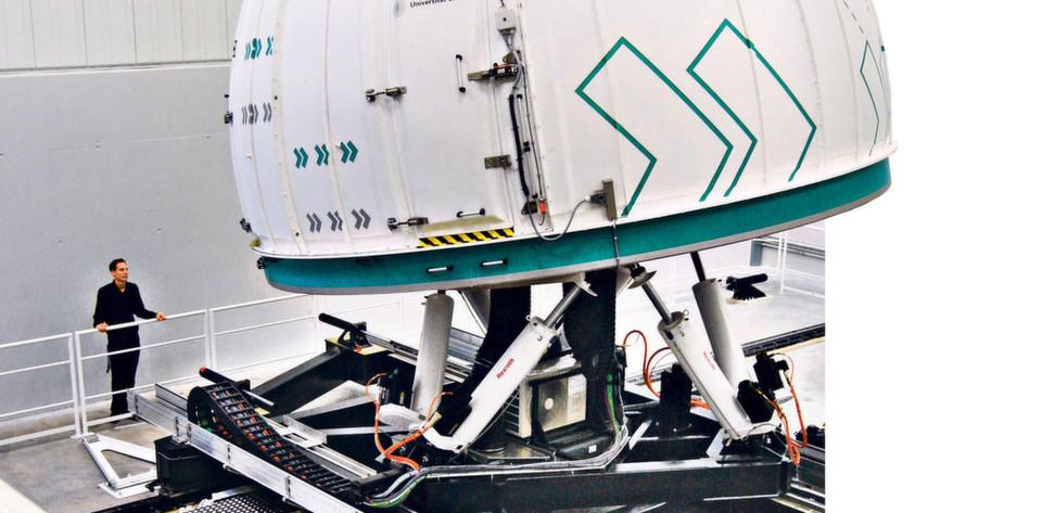 Mit 4.000 Kilogramm Traglast ist der Stuttgarter Fahrsimulator der derzeit größte in Europa.