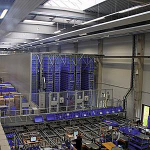 Bild 1: Im dreigassigen AKL von Niehoff sind sämtliche Maschinenteile bevorratet, die kleiner als eine Palette sind und bis zu 30 kg wiegen.