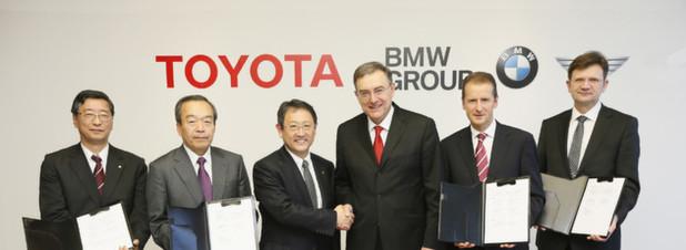 Vertragsunterzeichnung: die BMW Group und die Toyota Motor Corporation wollen in Sachen Brennstoffzelle, Sportwagen, Leichtbau-Technologien und Lithium-Air-Batterien enger zusammenarbeiten