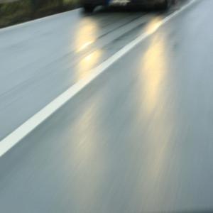 Sensorensystem erkennt Straßenglätte und leitet Warnung an andere Fahrzeuge weiter