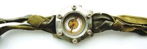 Armbanduhren aus Metallpulver mit besonderen Oberflächen
