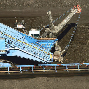 For an iron ore mine in Brazil owned by Vale, ThyssenKrupp Fördertechnik manufactures a mobile crusher system used for excavated material. For this