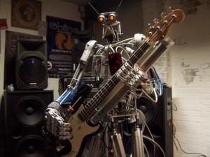 Bones soll der präziseste Bassspieler der Welt sein.