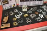 Produktbeispiele aus diversen Werkstoffen, die mit einer FOL 3015 AJ schnell und präzise bearbeitet werden können. Darunter auch gut wärmeleitenden Materialien wie Kupfer, Messing und Edelstahl.