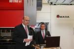 Von links: Jörg Riedel, Product Manager und Aleksandar Georgiev, Product Manager, informieren die Besucher über das Weaving-Verfahren, das die Prozesssicherheit beim Laserschweißen erhöht und den Einsatz von Zusatzwerkstoffen (Draht) verbessert.