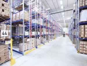 Das neue Palettenregallager bietet Platz für rund 16000 Paletten, 1600 weitere befinden sich im Stollenlager.