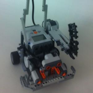 Unser Roboter ist ein kleines Polizeiauto, das mit 2 Fahrmotoren sowie einer Pistole ausgerüstet ist. Zur Orientierung kommen ein Kompasssensor, zwei Kollisionssensoren sowie ein Lichtsensor zum Einsatz.