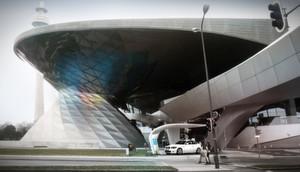 Die BMW Welt zeigt den geplanten Entwurf der Ladestation für Elektroautos.