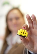 Erstmals präsentiert sich digitalSTROM mit seinem patentierten System für das vernetzte Zuhause auf der CeBIT in Hannover. Die Technik nutzt das bestehende Stromnetz, um Funktionen wie Licht, Zugang, Sicherheit oder das Thema Energieeffizienz intelligent miteinander zu verbinden und so völlig neue Möglichkeiten des Wohnens zu schaffen. Möglich macht es die deutsch-schweizer Erfindung einer chipbasierten Lüsterklemme (Foto) der aizo AG