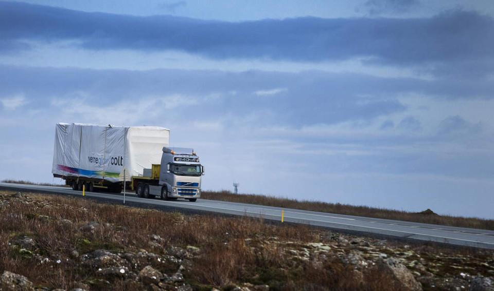 Das erste Verne-Global-Rechenzentrum von Colt auf dem Weg nach Island. Es befindet sich auf einem 18 Hektar großen, ehemaligen NATO-Gelände. Strom für rund 120 Megawatt stammt zu 100 Prozent aus zwei alternativen Ernergiequellen: Wasserkarft und Geothermie.