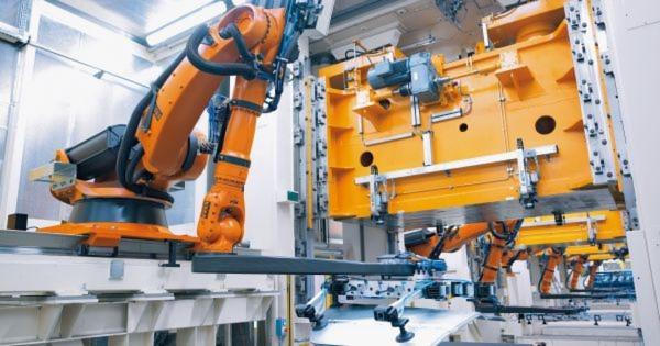 Die Automobilindustrie war über Jahre hinweg der Treiber für den Robotereinsatz. Im Bild zu sehen ist eine robotergestütze Pressenautomation.
