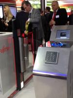 Zutrittskontrolle mit Handvenen-Scanner, zum Beispiel für Rechenzentren von Fujitsu in Halle 2: der Scanner funktioniert berührungslos per Infrarotkamera.