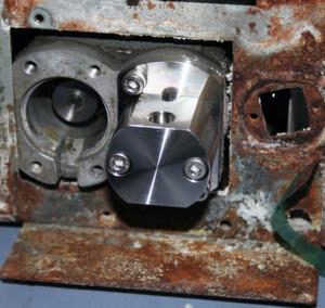 Abb.1: Korrodiertes Stahlblechgehäuse einer HPLC-Pumpe, aber die Pumpenköpfe sind völlig blank.